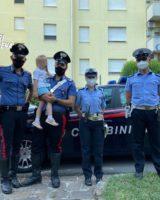 La madre rimane intrappolata in ascensore, la bimba di 4 anni esce a cercarla e si perde: salvata dai Carabinieri