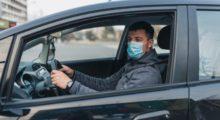 Nuova ordinanza: in auto anche i non conviventi, ma con mascherina. Nei bar si gioca a carte e si leggono i giornali