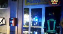 Esplosione distrugge il bancomat e appicca incendio, una famiglia evacuata