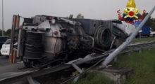 Autocarro spurgo si ribalta sulla rotonda di via Vignolese, intervento dei Vigili del Fuoco