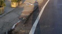 Indicente a Mortizzuolo, auto danneggia le protezioni e il segnale stradale