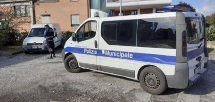 Veicoli abbandonati nella zona industriale di Novi, il Comune dice basta
