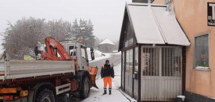 Prima neve al passo delle Radici a Frassinoro, mezzi al lavoro