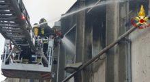 Incendio in un capannone in strada S. Anna a Modena, Arpae interviene