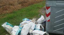 Cortile di Soliera, sacchi tossici abbandonati accanto ai cassonetti