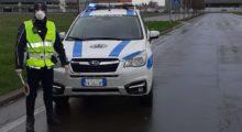 Fermato sulla Statale 12 ubriaco e senza patente, aggredisce gli agenti di Polizia Locale